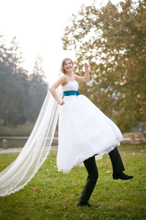 mujer vestida de novia y las piernas del novio