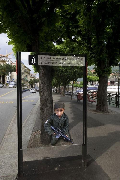 niño con un arma de asalto en la calle