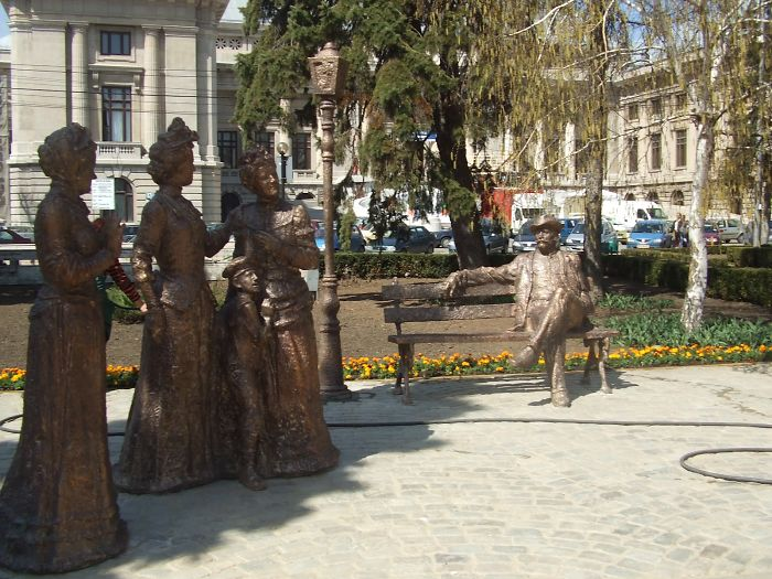 Estatuas antiguas en las plazas de Rumania