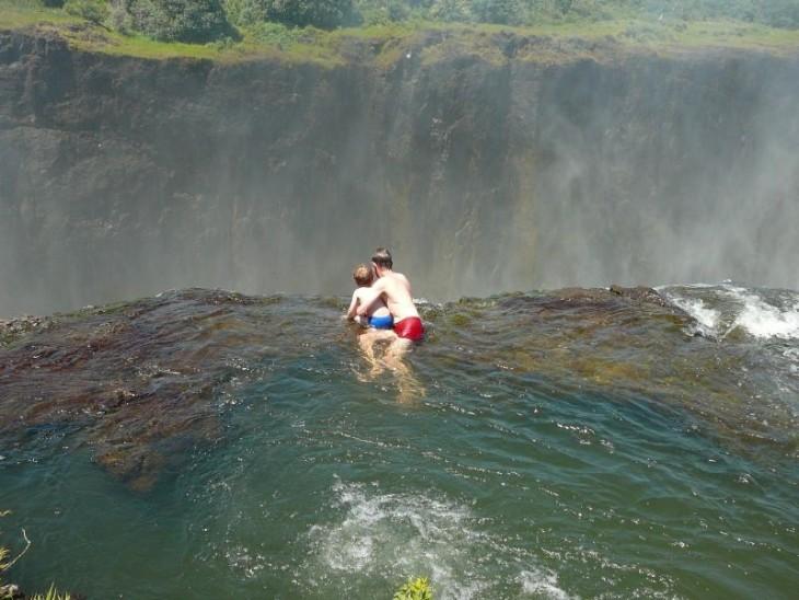 nadando en las cataratas victoria