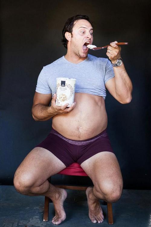 hombre comiendo helado