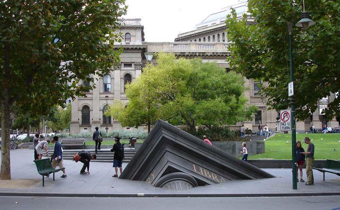 Edificio hundiendose fuera de la biblioteca estatuál, Melbourne Australia
