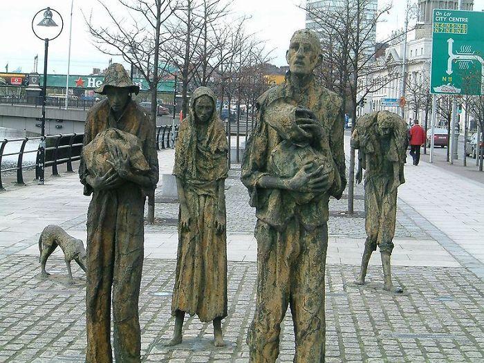 estatuas a los emigrantes en Irlanda, titulada El Hambre