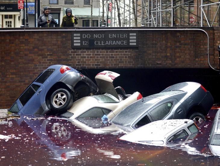 Coches sumergidos en las calles inundadas después del paso del huracán Sandy en Nueva York