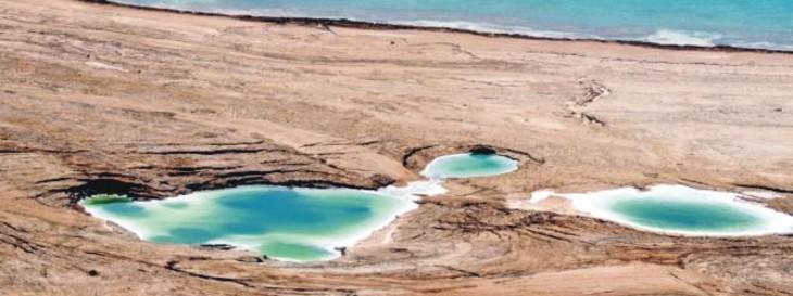 imagen que muestra como se va secando el Mar Muerto