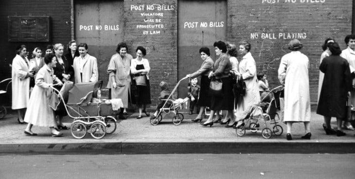 Mujeres en la calle caminando con sus bebés en carreolas