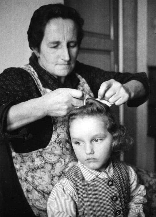 mujer peinando a su hija