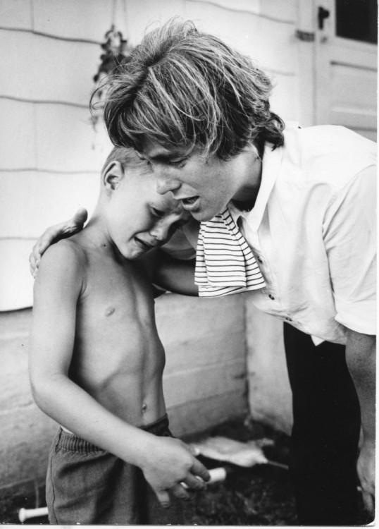 mujer consolando a un niño llorando
