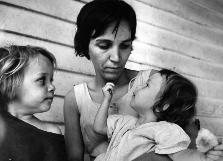mujer cerca de sus dos niñas