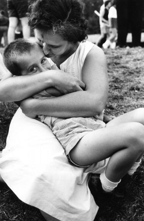 mujer cargando a su hijo