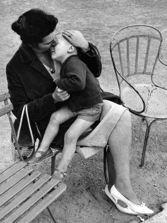niño sentado en las piernas de su madre y recargado en su pecho