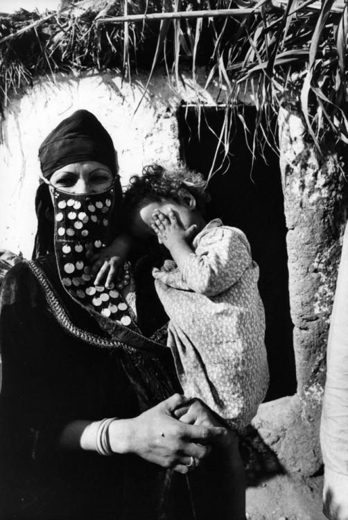 Mujer con una niña en su brazos