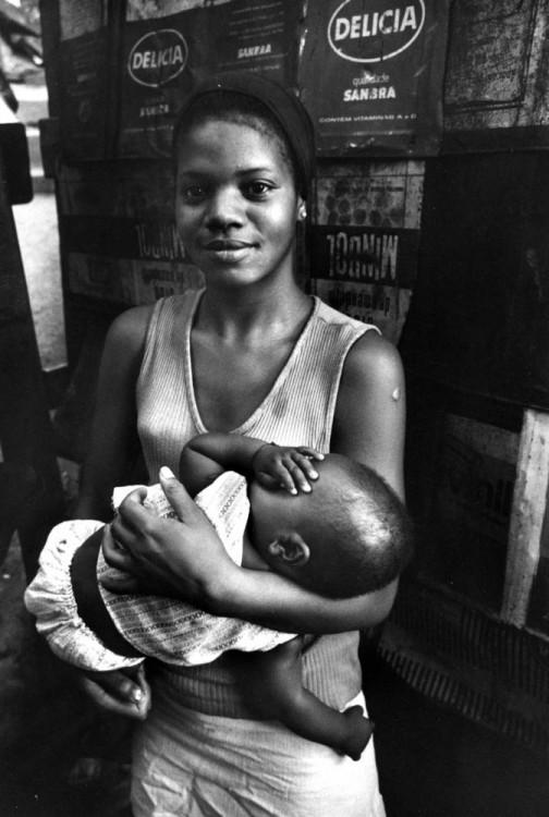 fotografía de una chica africana con su bebé en los brazos