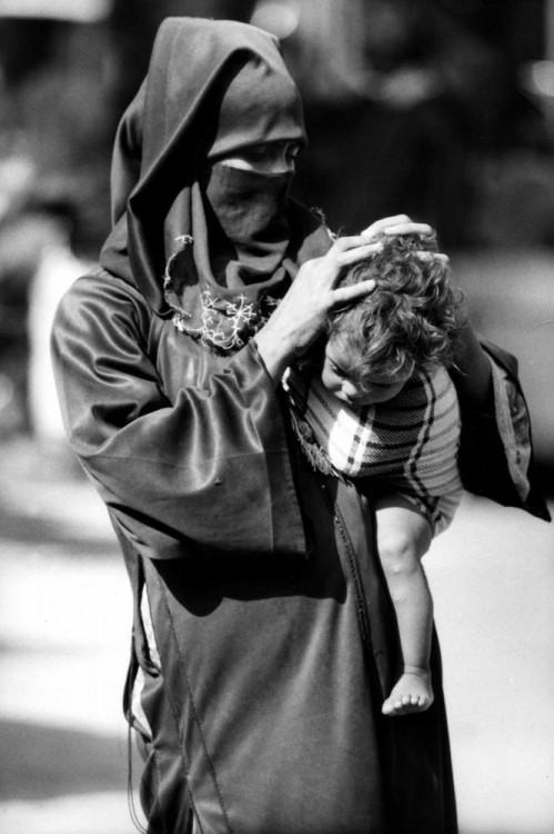 Una mujer árabe acariciando la cabeza de su hijo