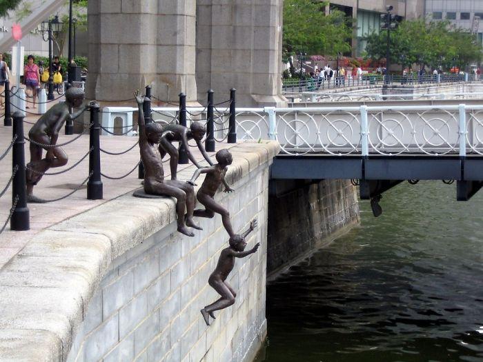 Estatua de Gente saltando al Río en Singapur