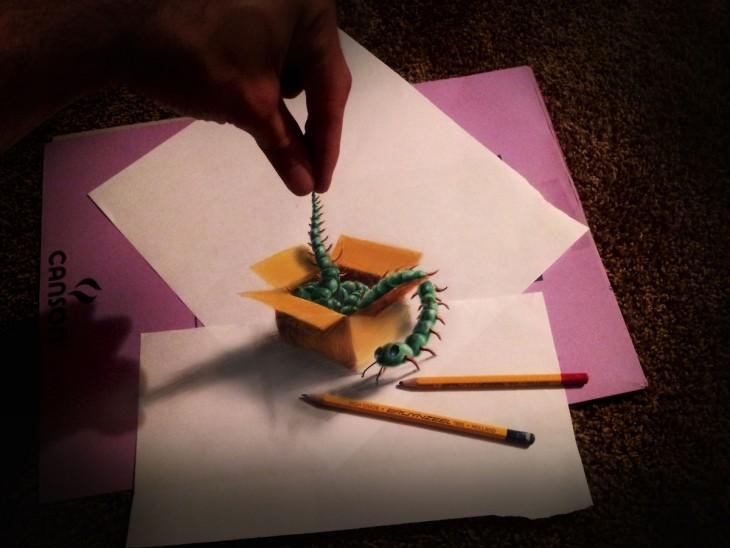 una mano que simula sacar un cienpies de una caja de cartón