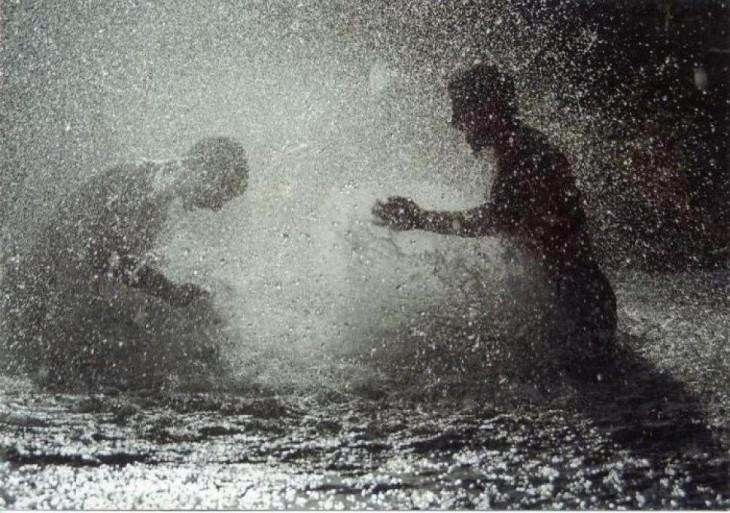 niños jugando bajo la lluvia en Libano