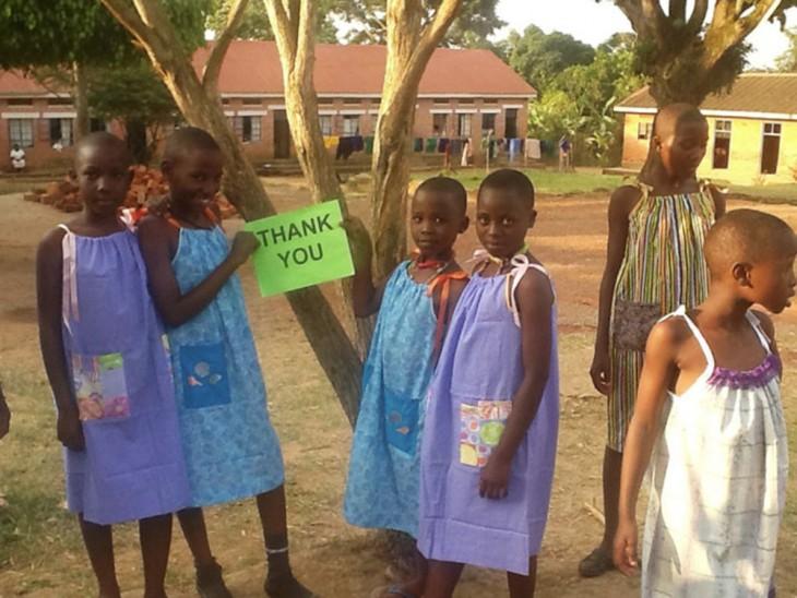 Abuelita de 100 años cose para niños en Africa