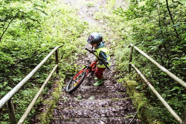 Niño con su bicicleta en Lituania