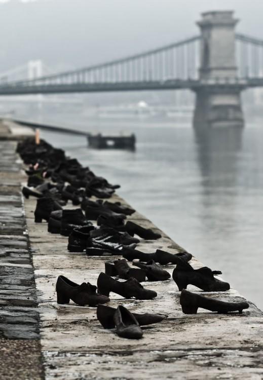 Escultura de zapatos a la orilla del Danubio