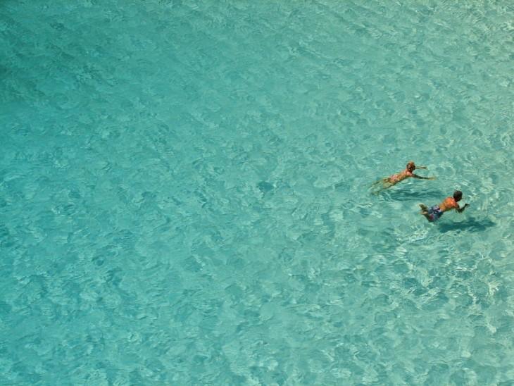 Dos niños nadando en Cala Marcallareta, Menorca, España