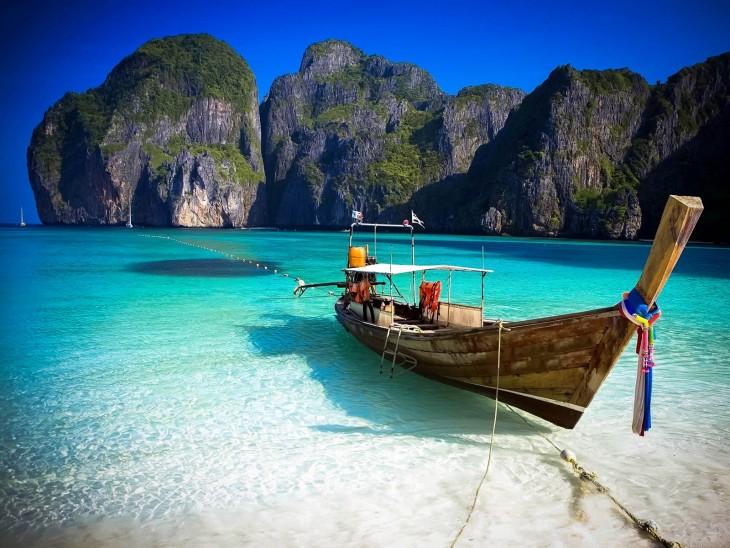 Bote a la orilla de Koh Phi Phi Don en Tailandia