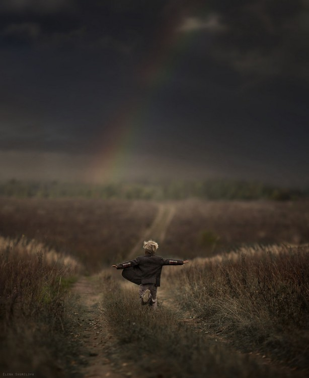 niño corriendo en el campo