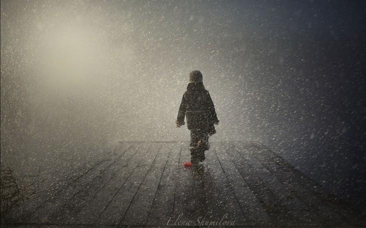 niño caminado en el muelle