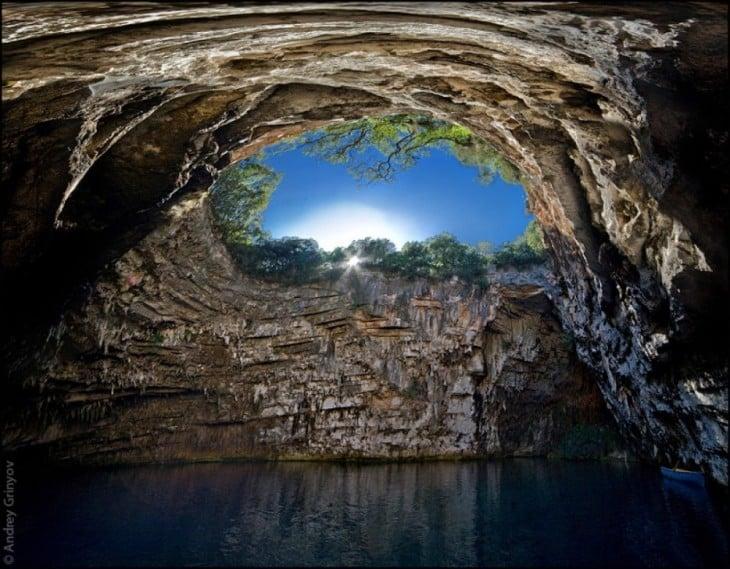 cueva de melissani, grecia