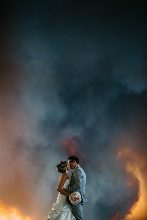 novios besandose en medio del fuego