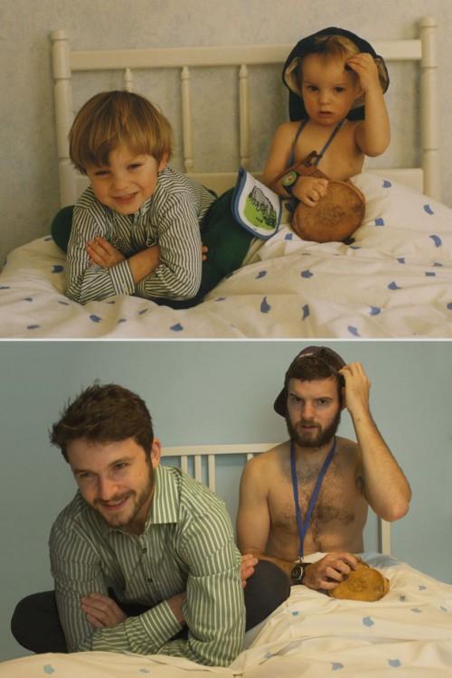 Dos hermanos recrean foto de hace 20 año sentados en la cama