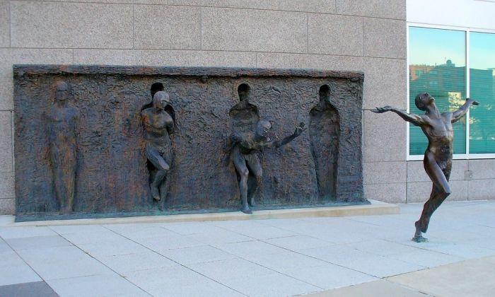 Escultura titulada Rompe con tu molde por Zenos Frudakis