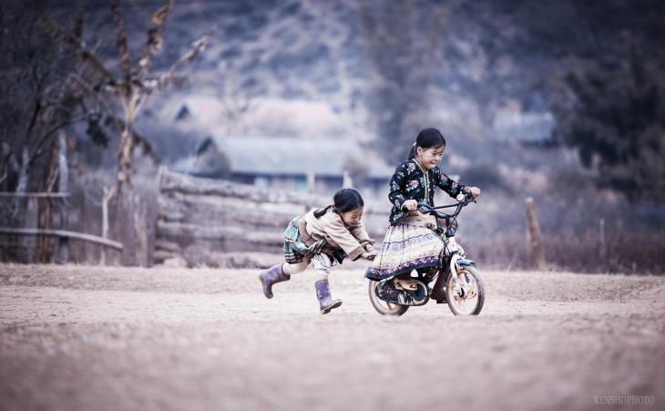 Niñas jugando en bicileta en Vietnam