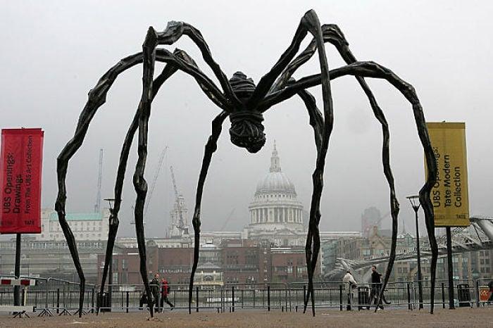 Arte moderno, escultura de araña en Londres