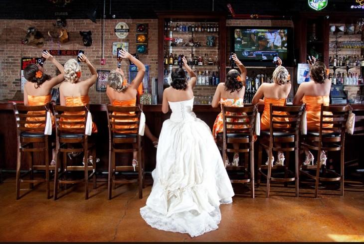 novia y damas tomando un ultimo trago en un bar