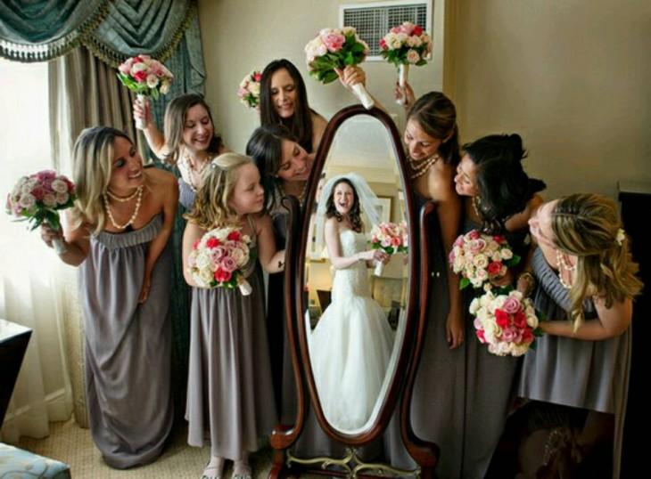 fotografia de la novia usando su vestido de novia antes de la boda