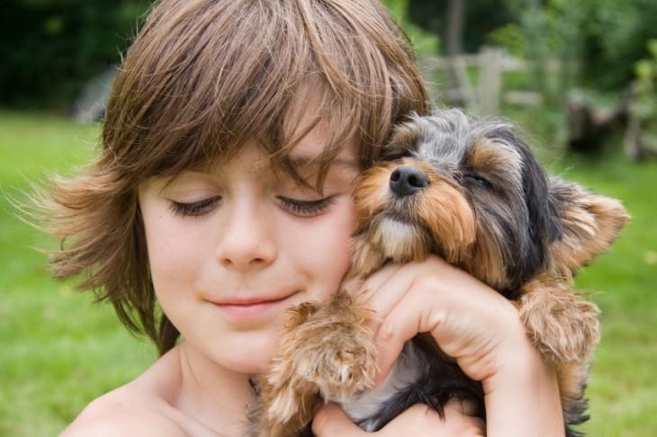 niño abrazando perrito