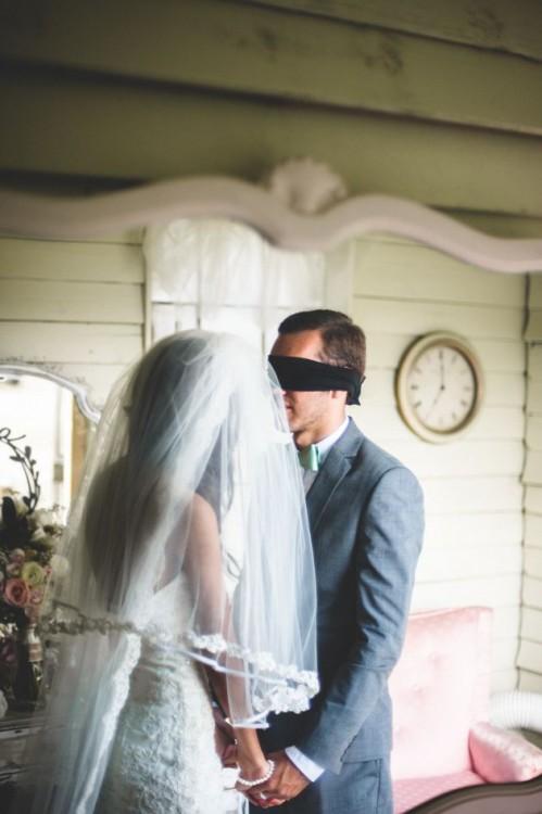 novia y novio besandose con los ojos tapados