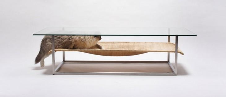 Creativa mesa con una hamacapara gatos debajo
