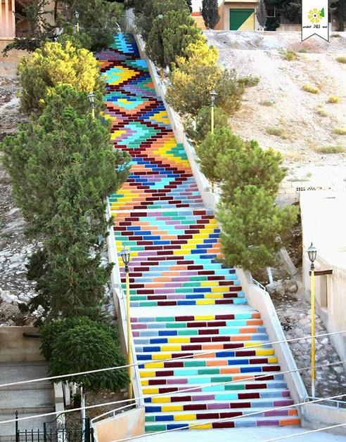 escalera con rombos de colores