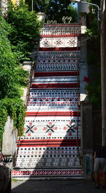 escaleras con imagenes tribal