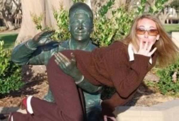 estatua dando palmadas