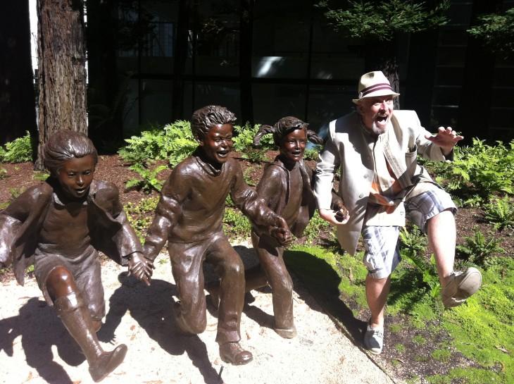 gente jugando con estatuas