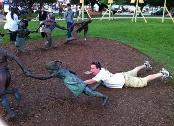 gente jugando con estatuas divertidas 11