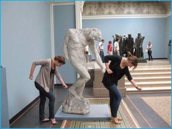 gente jugando con estatuas divertidas 12