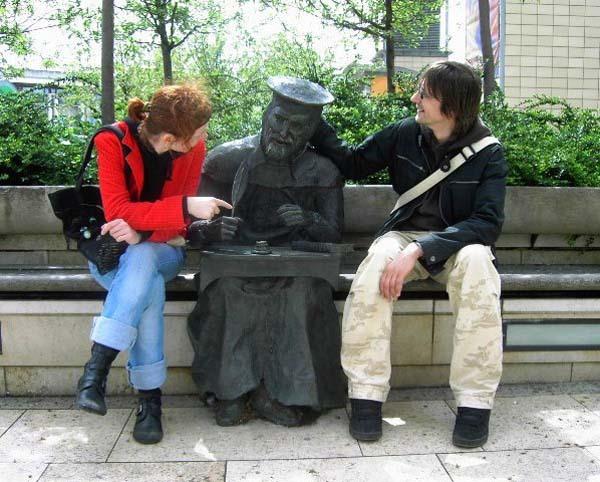 Gente haciendo cosas hilarantes con estatuas