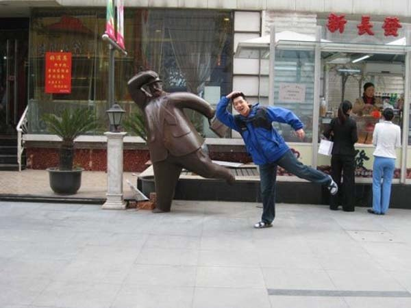 gente jugando con estatuas divertidas 14
