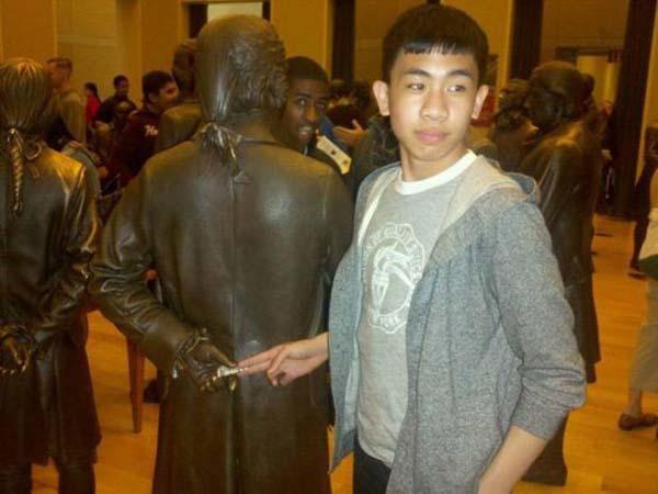 gente jugando con estatuas divertidas 17