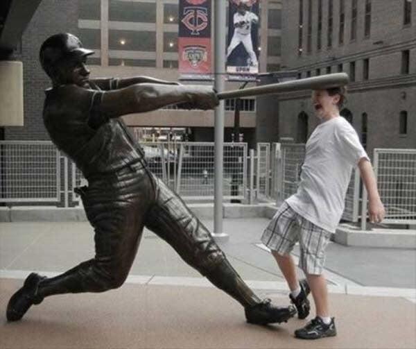 gente jugando con estatuas divertidas 4