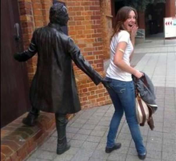 gente jugando con estatuas divertidas 7